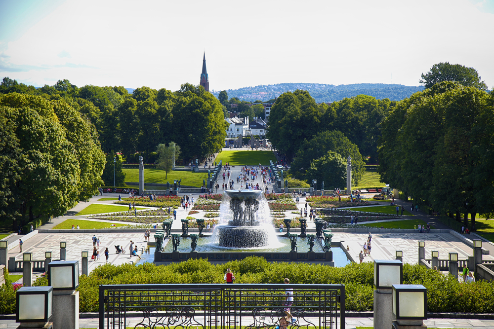 Tourist walk Vigeland Sculptures Park in the popular Vigeland park © Vladimir Mucibabic / Shutterstock