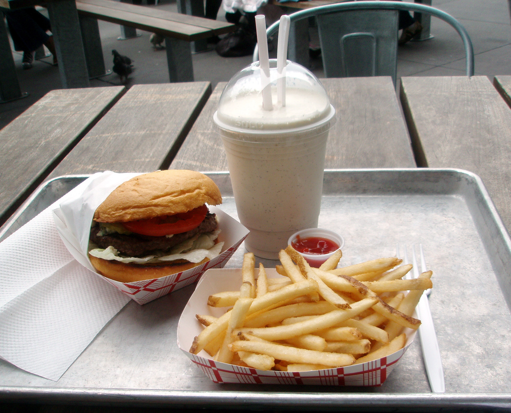Burger, fries and a milkshake © Steve Webster/WikiCommons