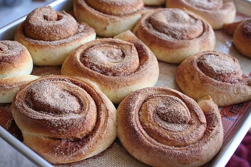 Cinnamon rolls on tray | © Whitney/Wikicommons