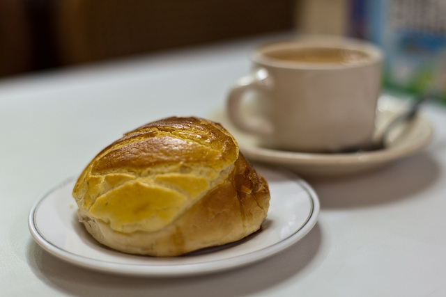 Afternoon tea: Pineapple bun and milk tea | © Dennis Wong/Flickr