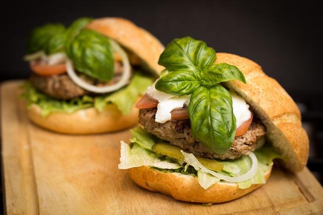 Tasty burger / ©niekverlaan / pixabay
