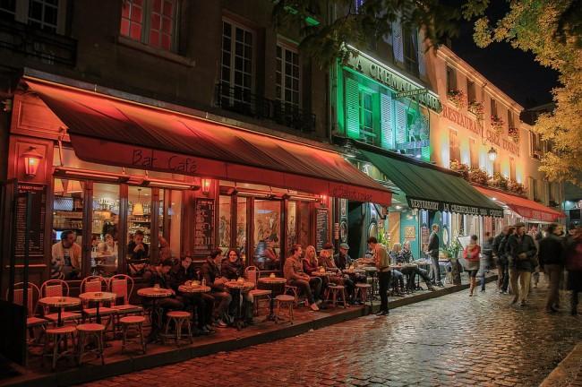Montmartre terrasse at night   © Campus France/Flickr