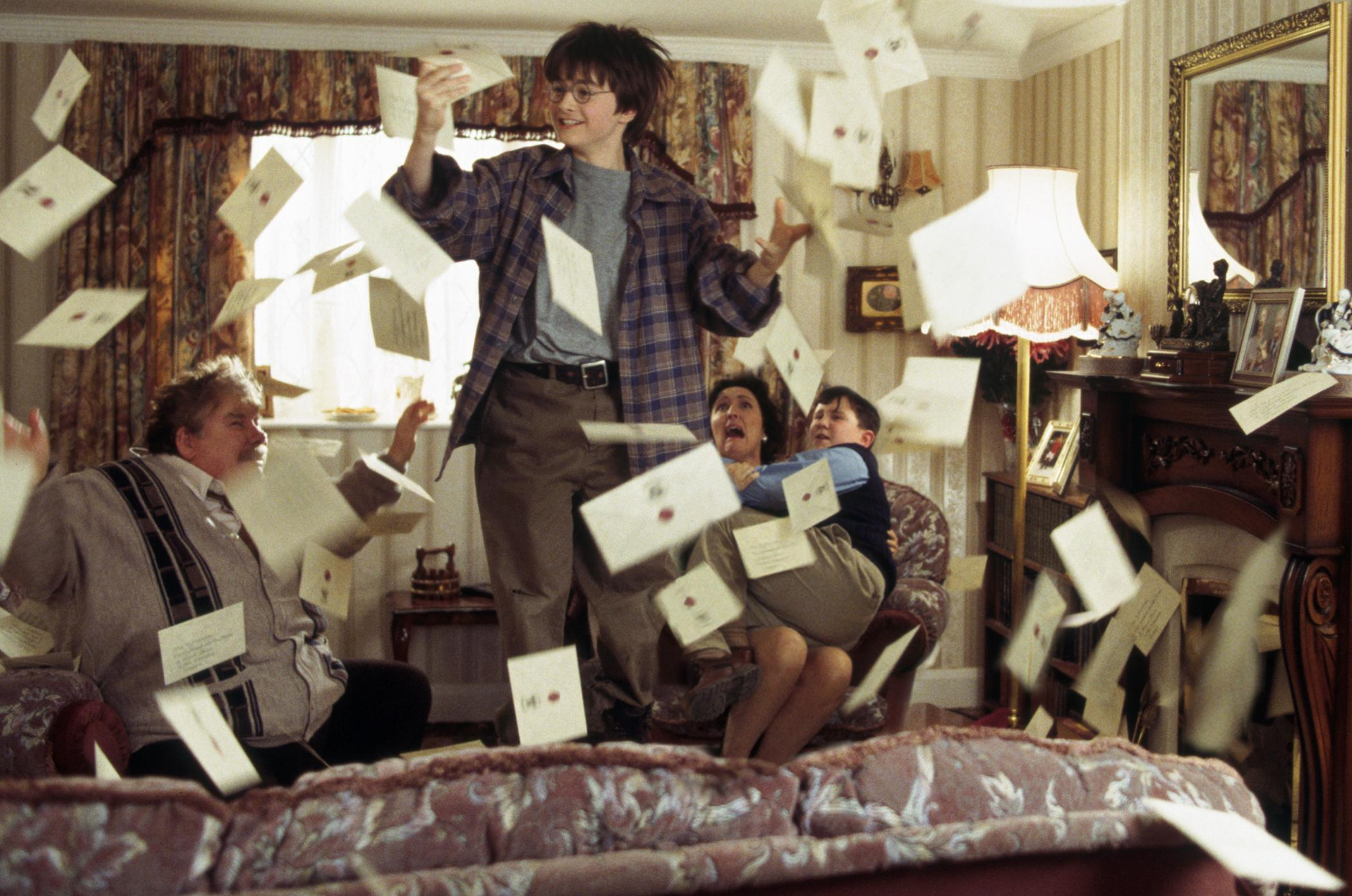 Most Inspiring Wallpaper Harry Potter Letter - daniel_radcliffe_richard_griffiths_fiona_shaw_harry_melling_harry_potter_and_the_sorcerers_stone_001  Perfect Image Reference_355749.jpg
