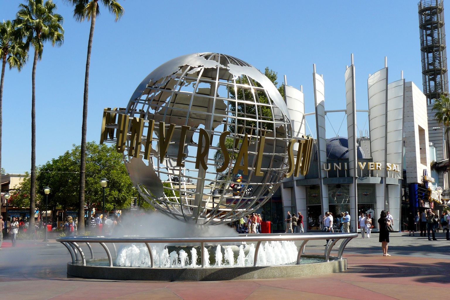 Fountain outside City Walk © SPBer/Wikimedia