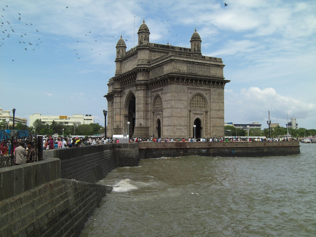 The Arabian Sea behind the Gateway of India © Flickr / Swaminathan