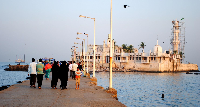 Haji Ali Dargah and its connecting road   © Tewaryan/ WikiCommons