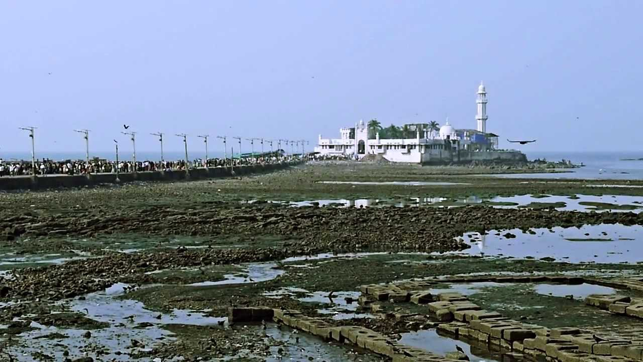 Haji Ali Dargah and its connecting road   © rollingpierrevideo