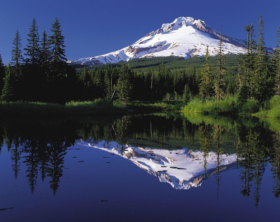Mount Hood reflected in Mirror Lake, Oregon, USA | Public Domain/Wikicommons