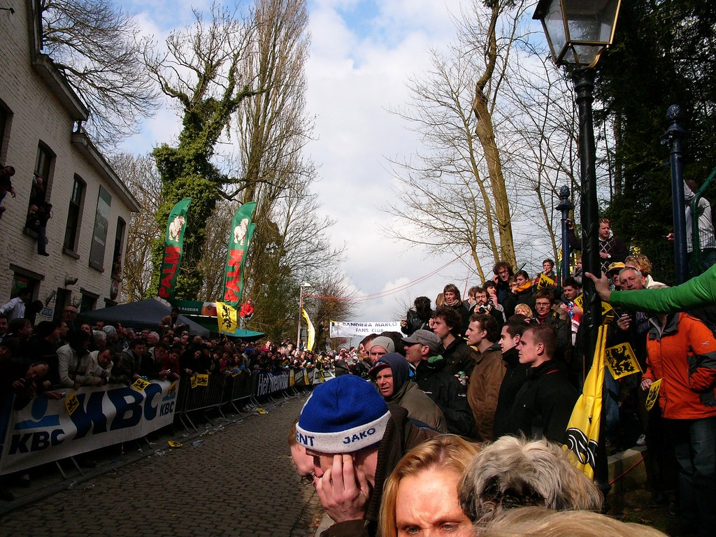 Fans waiting to encourage the cyclists on the notoriously difficult Muur van Geraardsbergen | © Louise Ireland/Flickr
