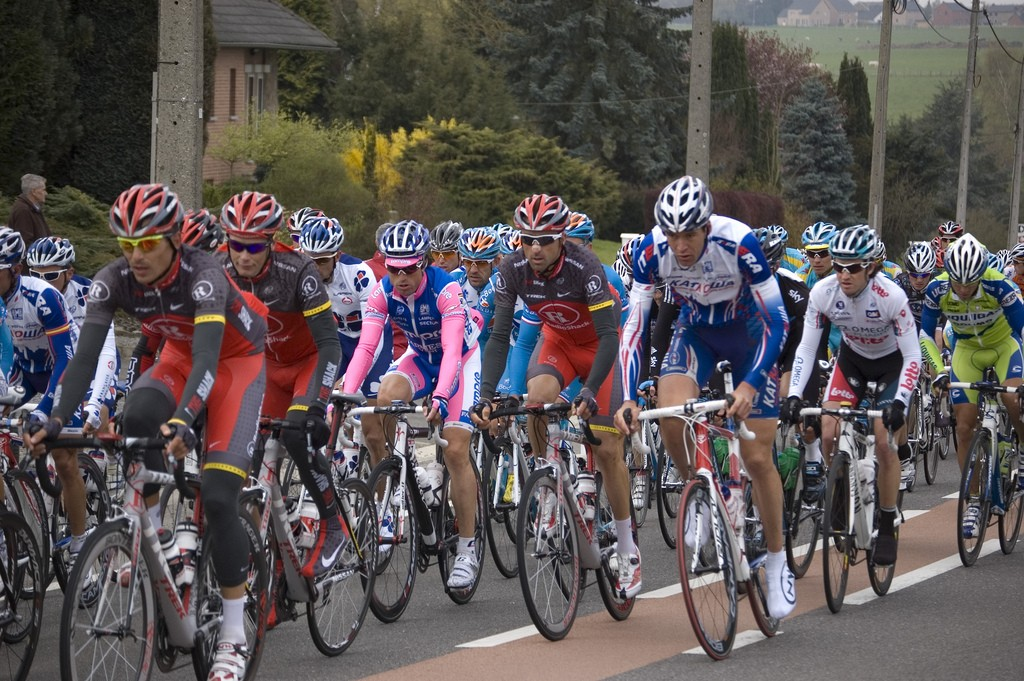 The Flèche Wallonne peloton in 2010 L © Hadrien Chevalier/Flickr