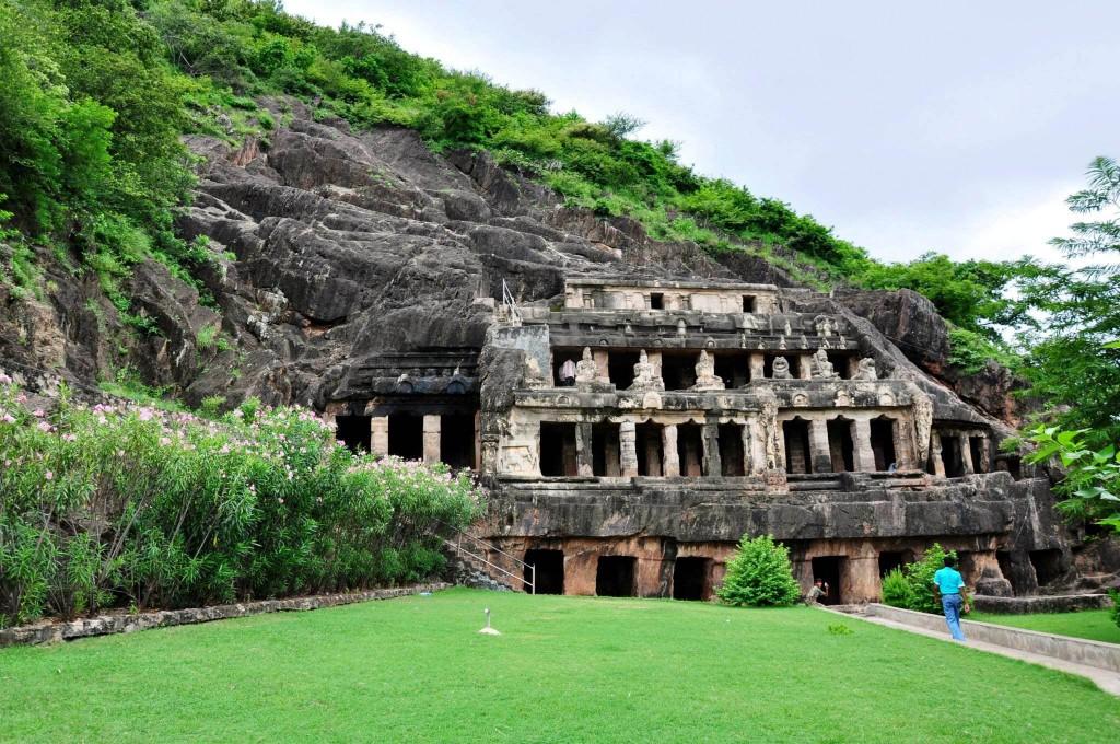 Undavalli Caves Side View © DurgaraoVuddanti/Flickr