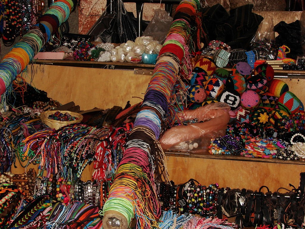 hippie market | ©AndresG [CC BY 3.0 (http://creativecommons.org/licenses/by/3.0)], via Wikimedia Commons