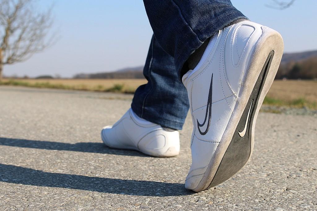 walking feet https://pixabay.com/en/go-run-sports-shoes-shoes-feet-681307/