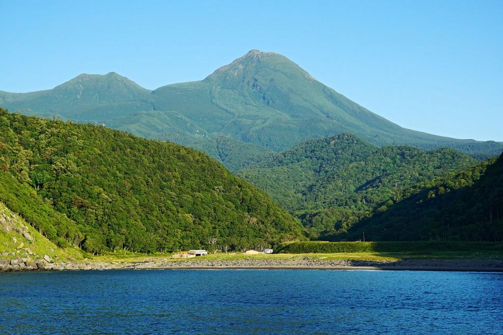 Mount Rausu view from the Sea of Okhotsk at Shari, Hokkaido prefecture, Japan.   ©663highland / Wikimedia Commons