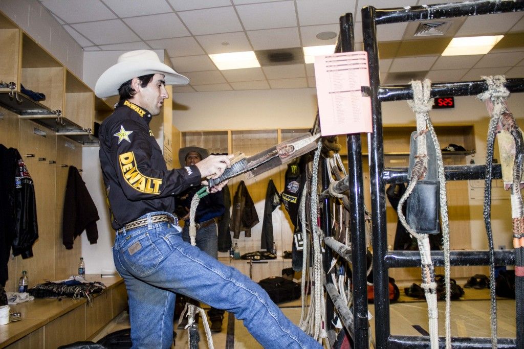 Silvano Alves readies his rope in the locker room before riding. | © Amanda Suarez