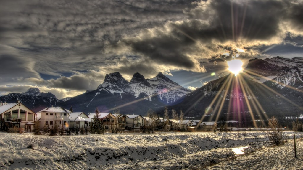 Canmore's Three Sisters Mountain Range © Jason Willey/Flickr