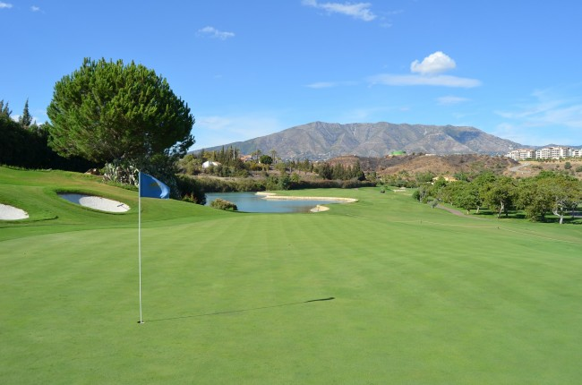 Many golf courses on the Costa del Sol have stunning views of Andalucia´s mountains; pixabay