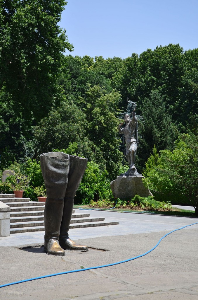 Boots of Reza Shah and Arash the Archer at Sa'ad Abad Palace   © درفش کاویانی / Wikimedia Commons