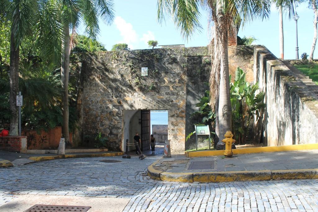Exiting through the Puerta de San Juan towards El Paseo de la Princesa | © Connie Ma / Flickr
