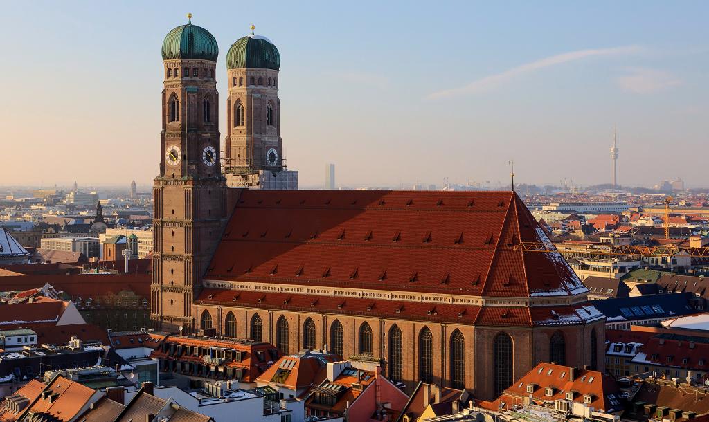 frauenkirche martin falbisoner wikimedia commons - Must See Munchen
