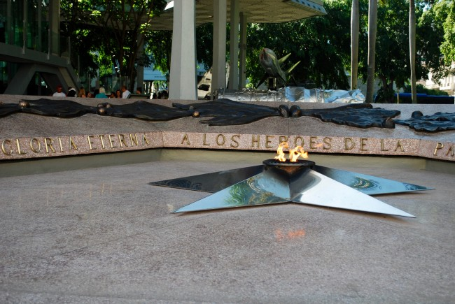 Flame burning permanently in tribute to Cuban heroes | © Laura LaRose / Flickr