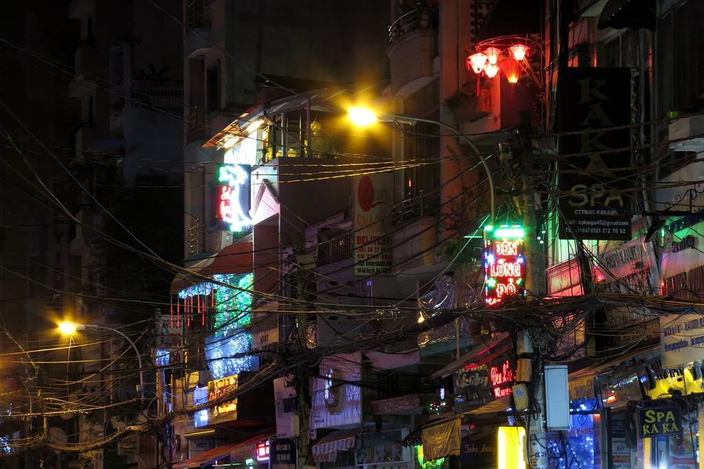 The manic walls of Bui Vien | © Soreen D/Flickr