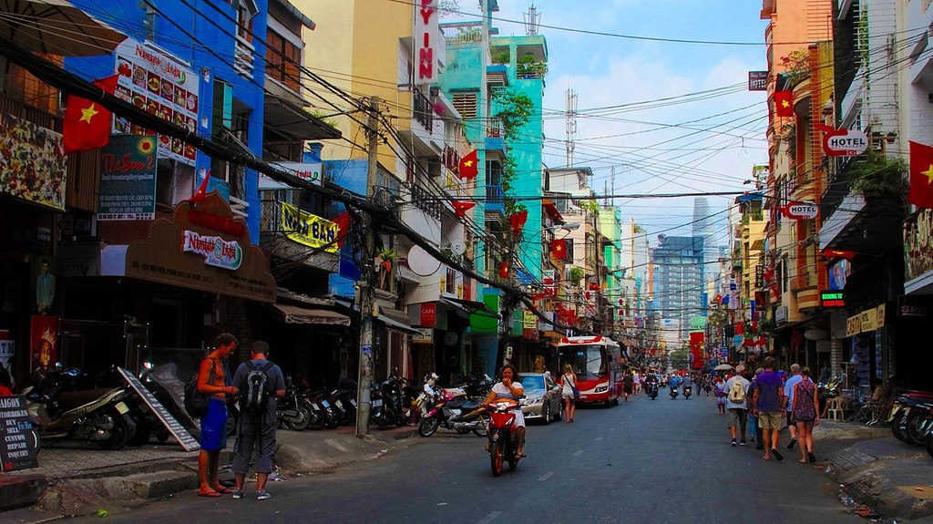 A calm daytime scene on Bui Vien | © trungydang/WikiCommons