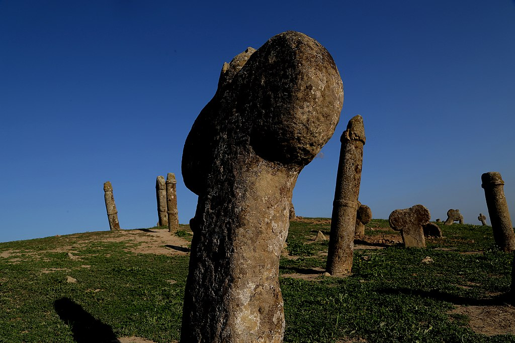 The headstones at Khaled Nabi Cemetery are rather suggestive | © ArminAmirian / Wikimedia Commons