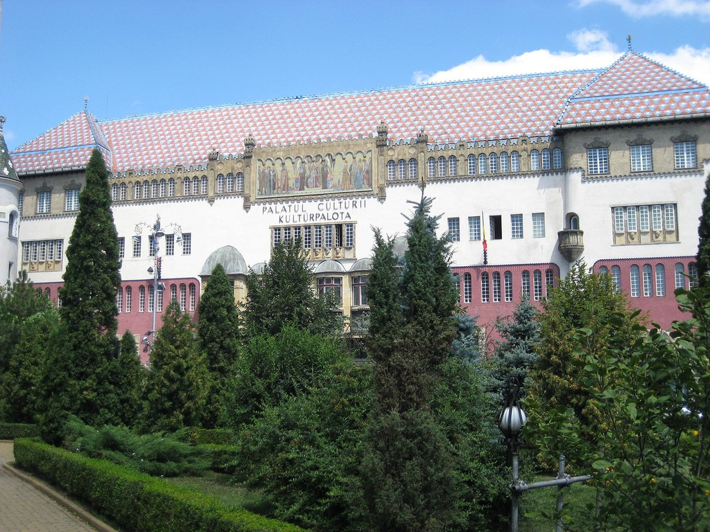 2048px-Cultural_Palace_in_Târgu_Mureş_3