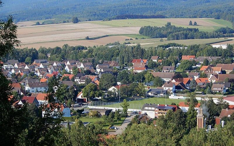 800px-Blick_auf_den_Lasfelder_Dorfkern_mit_Sportplatz_(Osterode_am_Harz)