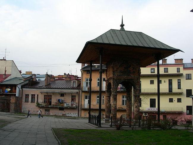 800px-Tarnów_-_Bimah_of_Old_Synagogue