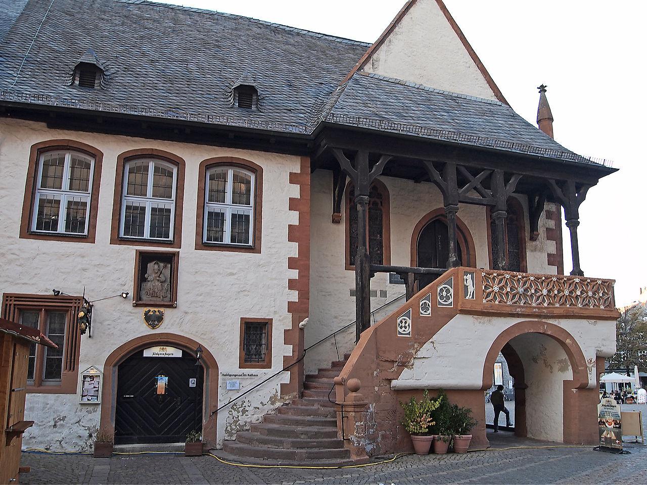 1280px-Goslar_Rathaus_Eingang_Huldigungssaal