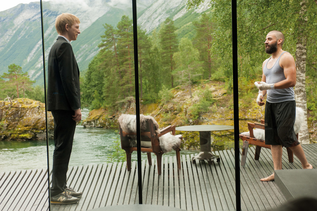 Domhnall Gleeson and Oscar Isaac in 'Ex Machina' (2014) | © Universal Pictures