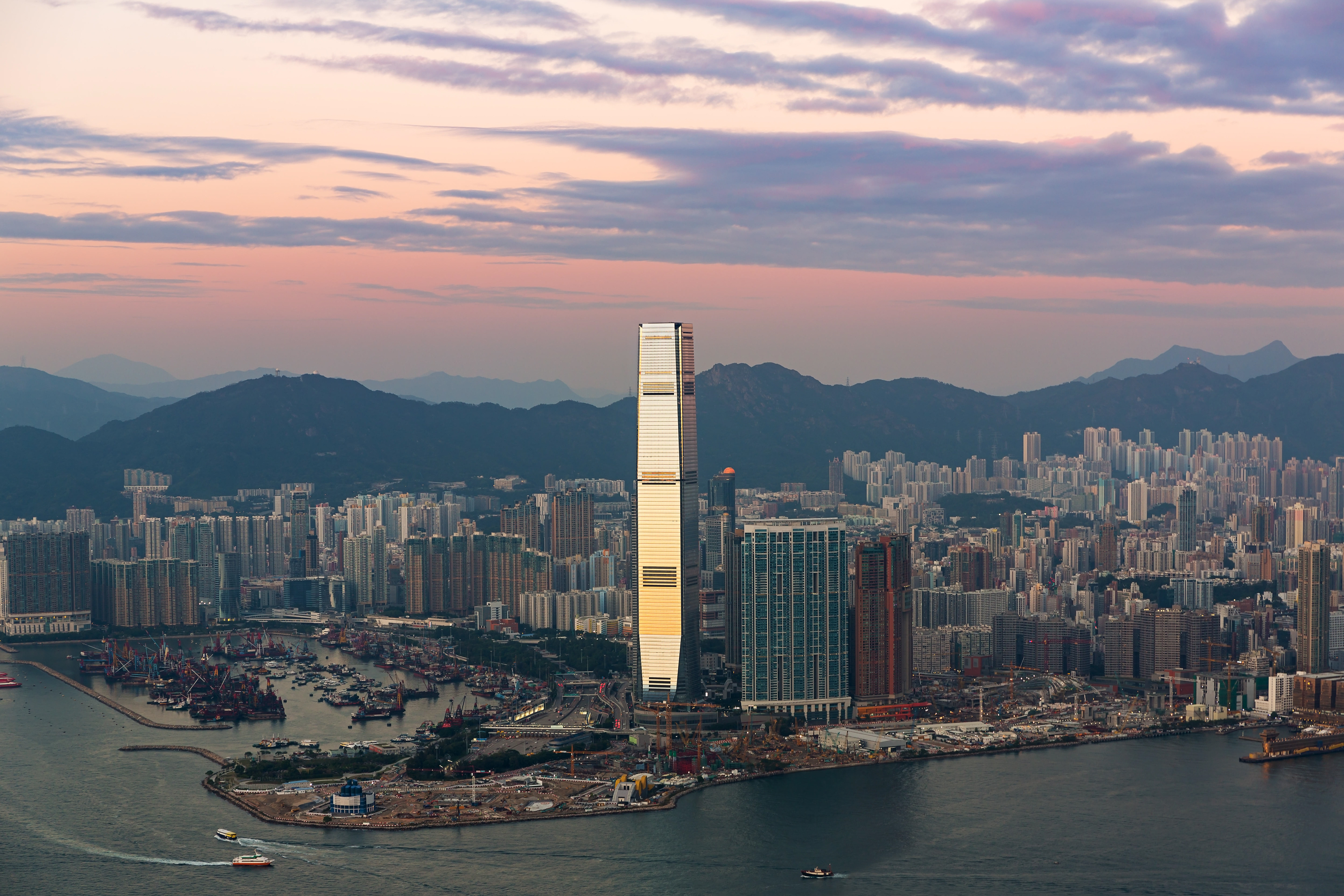 Beyond Hollywood: A Film r's Guide to Hong Kong on